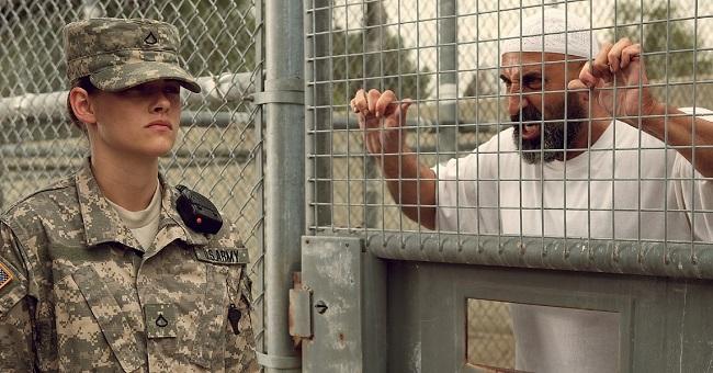 tenue militaire Kristen Stewart Camp X Ray
